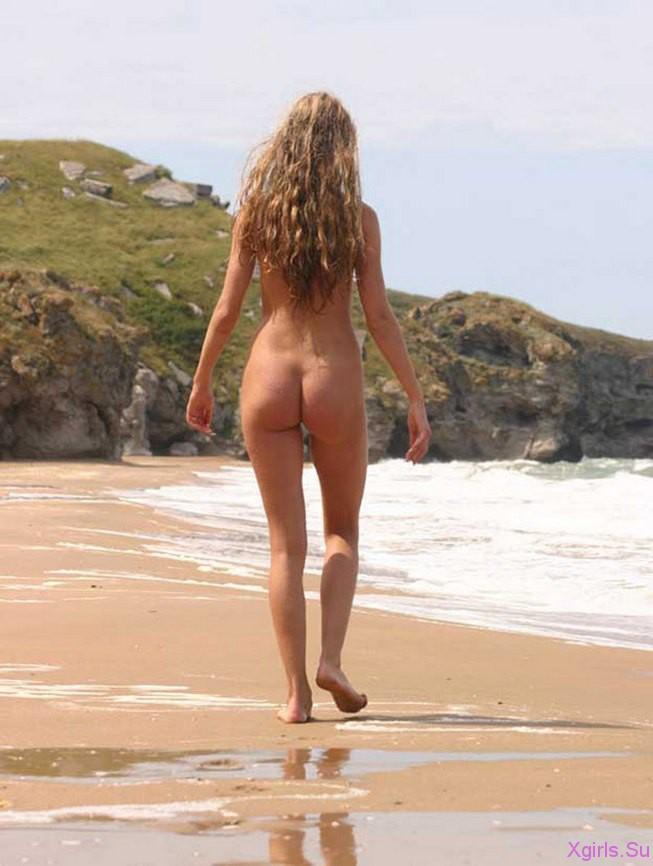 голая на пляже гуляет фото
