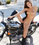 golye-devushki-na-motociklax-03