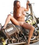 golye-devushki-na-motociklax-05
