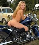 golye-devushki-na-motociklax-24