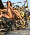 golye-devushki-na-motociklax-25