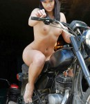 golye-devushki-na-motociklax-42
