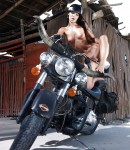 golye-devushki-na-motociklax-43