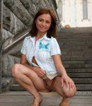 golye-devushki-v-mini-yubkax-07